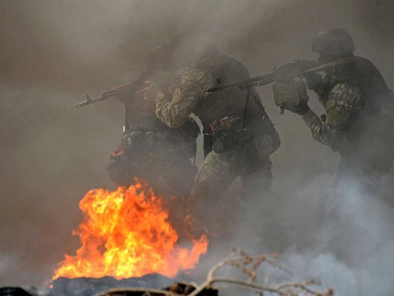 Ukrainian special forces take position at an abandoned roadblock in the eastern Ukrainian city of Slavyansk. (AFP photo)