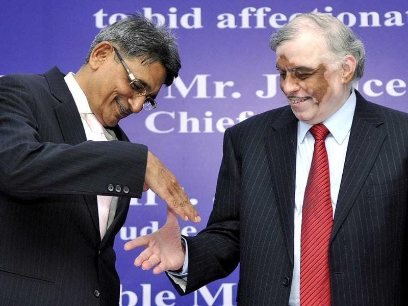Designate CJI RM Lodha shakes hand with CJI P Sathasivam during Supreme Court Bar Association to bid farewell to CJI and Justice Gyan Sudha Misra in New Delhi. (HT photo/Sonu Mehta)
