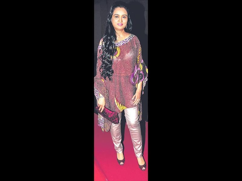 The ugly: Padmini Kolhapure at a success party. OURTAKE: We'll forgive the shiny pants, ugly print on the shapeless top and that boring clutch. But peek-a-boo issues? No way! (HT PHOTO)