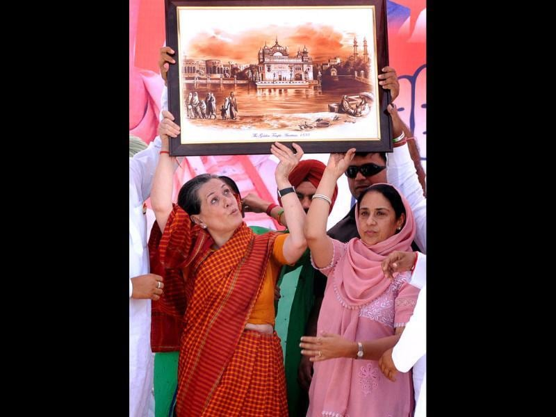Congress candidate from Sangrur, Vijay Inder Singla and other leaders honour Congress president Sonia Gandhi during an election rally in Barnala. (HT photo/Bharat Bhushan)