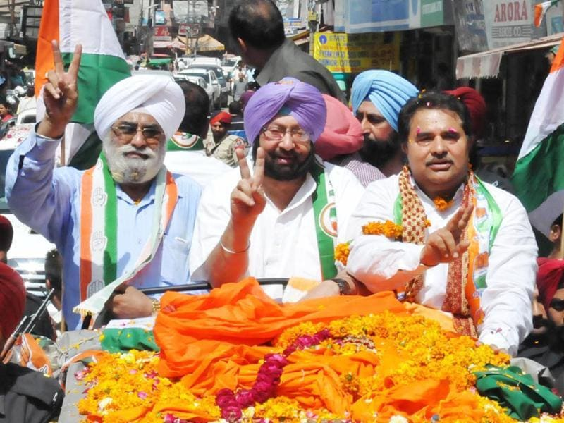 Captain Amrinder Singh along with Surjit Singh Kohli, prime minister Manmohan Singh's step-brother during election campaign road show in Amritsar.(HT Photo/Sameer Sehgal)