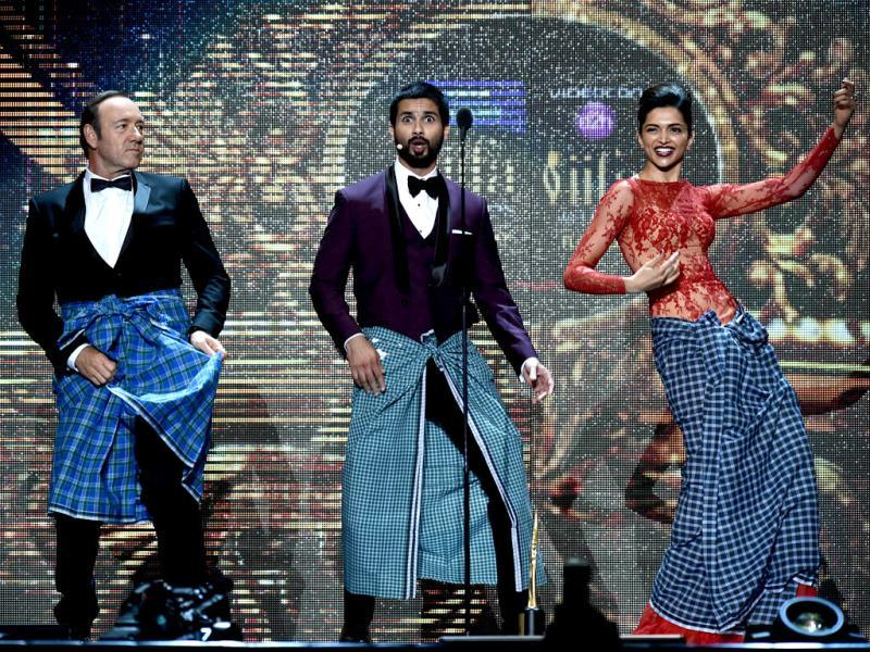 Bollywood actors Deepika Padukone and Shahid Kapoor shake a leg with Hollywood actor Kevin Spacey.