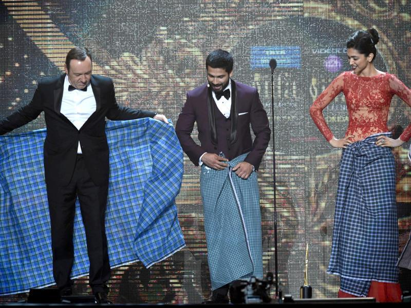 Kevin Spacey gets 'lungi' training from Shahid and Deepika. (AFP)