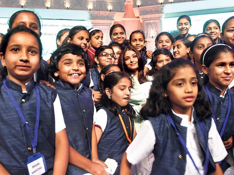 Aishwarya Rai Bachchan poses with kids.
