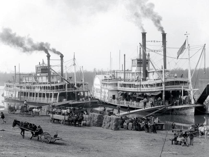 Anonymous: A Mississippi landing, Vicksburg, glass negative, 1900–1906.