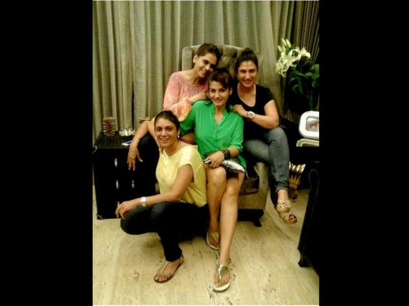 The Mast Mast girl Raveena Tandon posted a pic on Twitter with her BFF's a couple of days back.