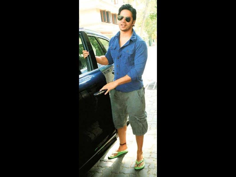 Varun Dhawan beats the heat in cool aviators and eye-catching neon flip-flops. We spotted him outside his Juhu home. (Photo: Yogen Shah)