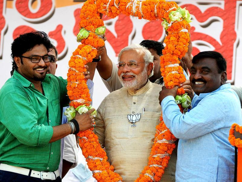 BJP PM nominee Narendra Modi with party's Asansol candidate and Bollywood singer Babul Supriyo in West Bengal. (AFP Photo)