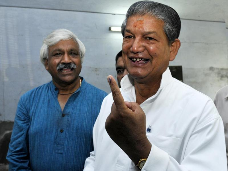 Uttarakhand Chief Minister Harish Rawat showing his inked finger after casting his vote at polling centre in Dehradun. (HT photo/Rishi Ballabh)