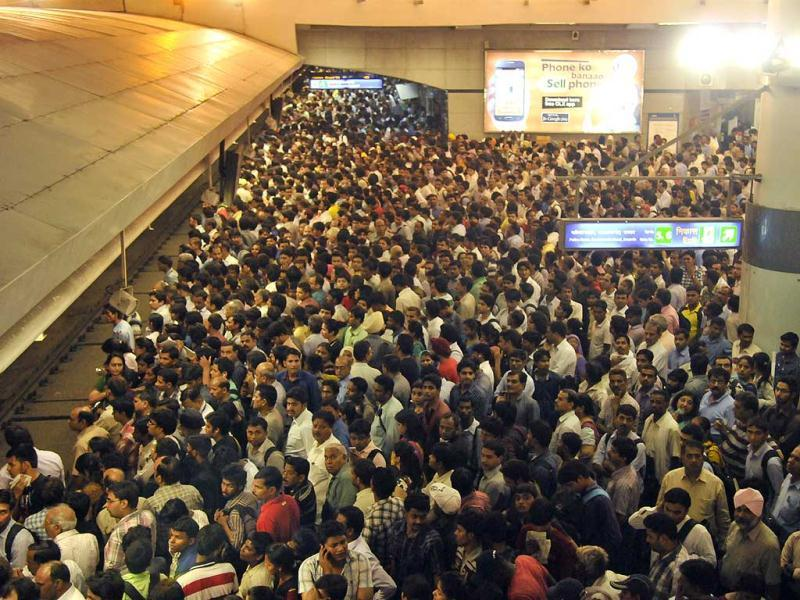 Stranded commuters at the Barakhamba Metro Station due to a technical snag in Delhi Metro's blue line. (Sunil Saxena/HT Photo)
