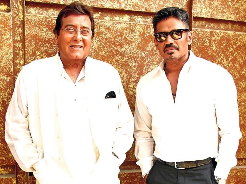 Vinod Khanna, who was recently in the news for his election campaign, attended a movie promotion event in Mumbai along with Suniel Shetty.
