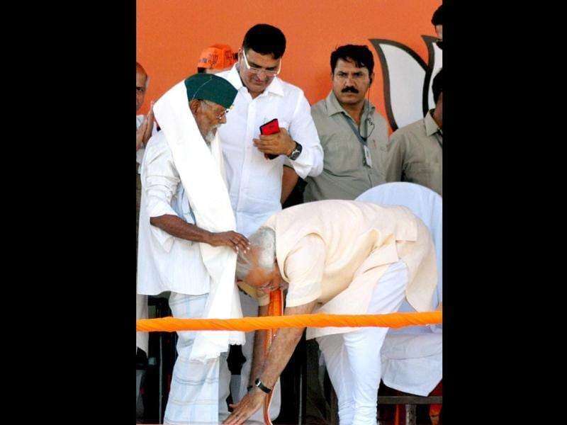 BJP's PM candidate Narendra Modi seeks blessings of freedom fighter Nizamuddin at an election campaign rally in Varanasi. Col Nizamuddin, who is reportedly 114-years-old was a member of the erstwhile Azad Hind Army. (PTI Photo)