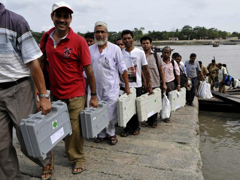 Poll personnels with EVMs on their way to the remote villages of Sunderban (Hingalgunj) on the eve of the last phase of Lok Sabha elections. (Subhendu Ghosh / HT Photo)