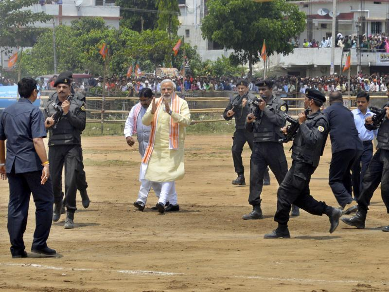BJP's prime ministerial nominee Narendra Modi is surrounded by security personnel as he arrives to address an election rally in Hazaribagh, Jharkhand. (HT photo/Rajesh Sinha)