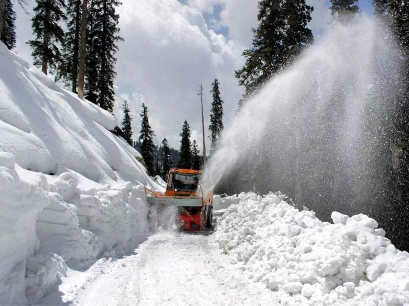 Beacon workers clearing snow from Anantnag-Kishtwar road after heavy snowfall at Sinthan top in Anantnag district .( PTI photo)