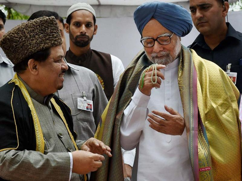Prime Minister Manmohan Singh at the Mazar of former president Fakhruddin Ali Ahmed during a prayer meeting to commemorate his 109th birth anniversary, in New Delhi . (PTI photo)