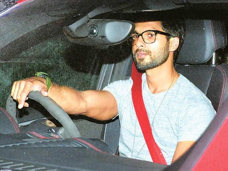 Shahid Kapoor was seen leaving a Bandra restaurant with Jacqueline Fernandez. Shahid, who prefers driving his own car after a night out, looked somewhat uncomfortable on noticing the shutterbugs. The actors left in separate cars. (Photo: Yogen Shah)