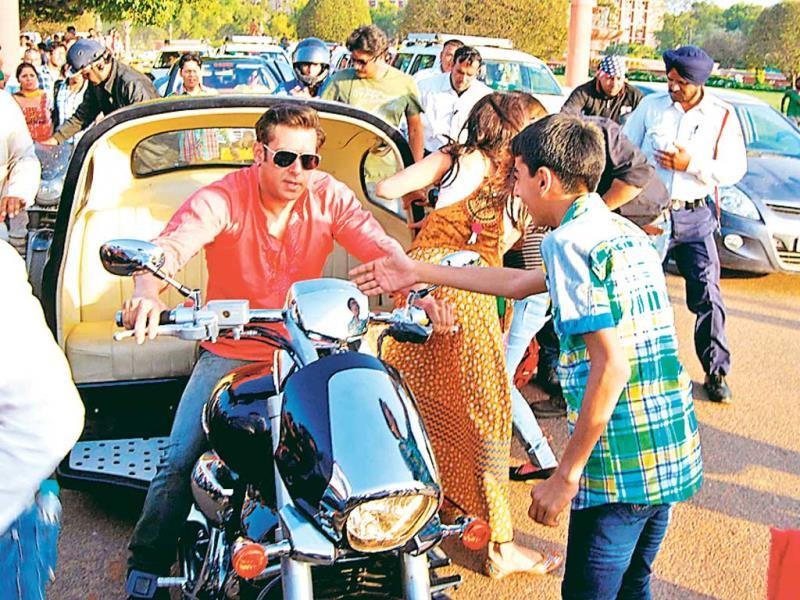 The ­pictures show fans and even traffic cops thronging to get a glimpse of the actors as they rode through Rajpath. (HT PHOTO)
