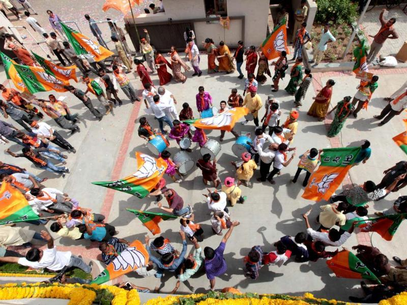 BJP headquarters drown in jubliant sounds and celebration as the party gets clear majority in Gujarat. ( Vijayanand Gupta/ HT Photo)