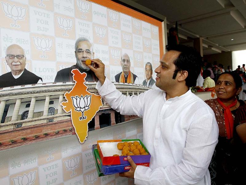 'Kuch meetha ho jaaye' as a man symbolically celebrates with Modi himself. (Arvind Yadav/ HT Photo)