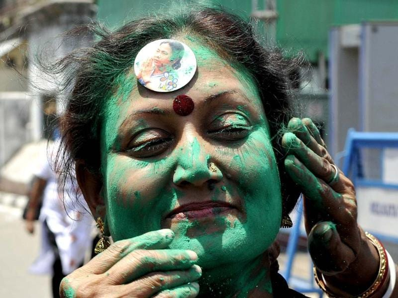 A jubilant Trinamool Congress supporter celebrates Didi's win outside her residence in Kalighat.(Subhankar Chakraborty/HT Photo)