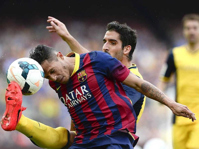 Barcelona's Brazilian defender Adriano (L) vies with Atletico Madrid's midfielder Raul Garcia during their La Liga match at the Camp Nou stadium in Barcelona. (AFP Photo)