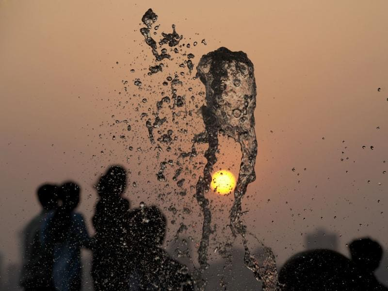 People enjoying sea breeze on a sunny evening at Marine Drive in Mumbai. (HT Photo/Kunal Patil)