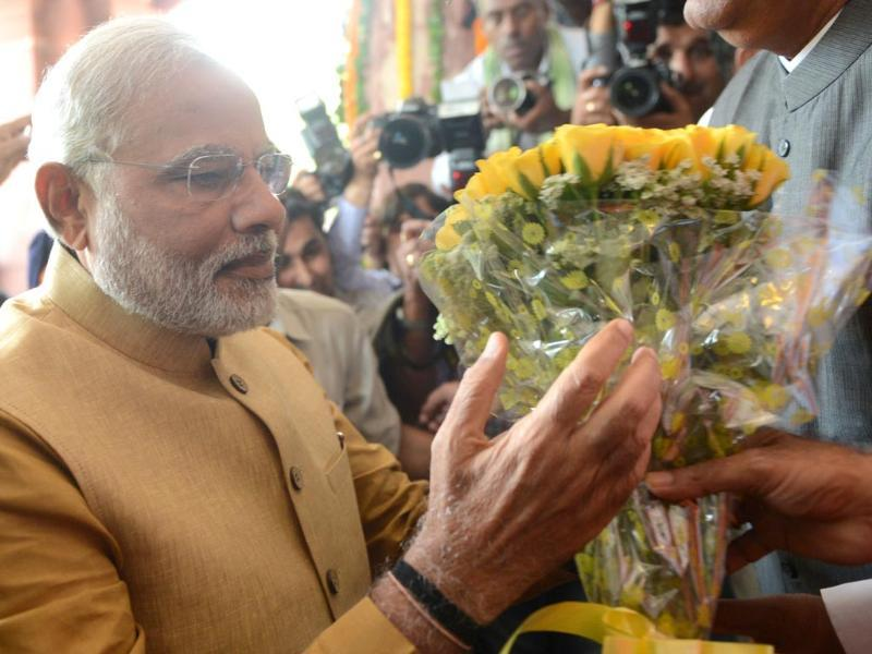 BJP leader and the NDA prime ministerial candidate Narendra Modi receives a bouquet from newly-elected BJP Members of Parliament as he arrives at the Parliament building in New Delhi. (AFP photo)