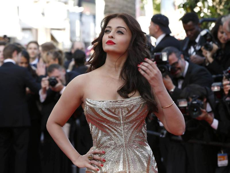 Quite the golden girl, the actor accessorised her look with a dash of red lipstick and voluminous hair. She also oozed attitude as she posed for the shutterbugs.