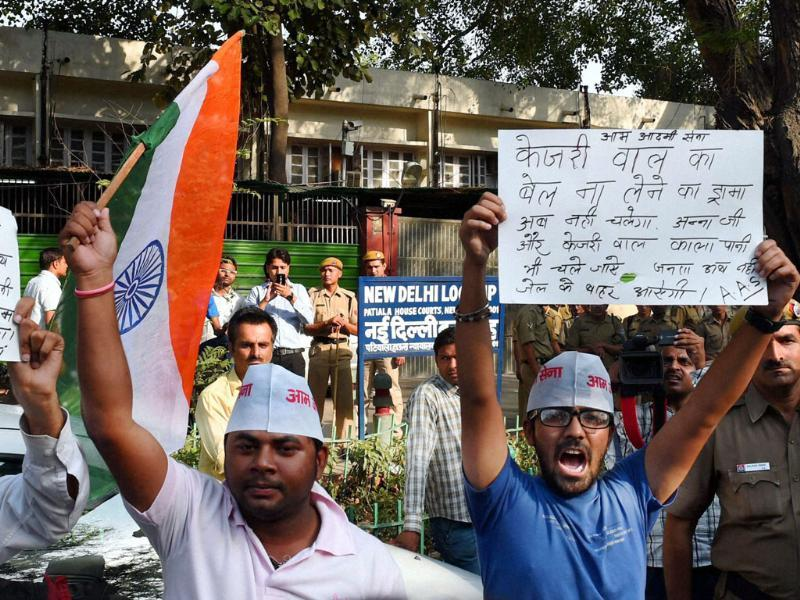 Aam Aadmi Sena activists protest against AAP convener Arvind Kejriwal at Patiala House court where he appeared on Wednesday for a hearing in a defamation case filed by Nitin Gadkari in New Delhi. (PTI photo)