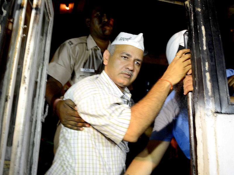 Police detain Aam Aadmi Party leader Manish Sisodia who along with others was protesting outside Tihar Prisons over the arrest of party chief Arvind Kejriwal in New Delhi. (PTI Photo)