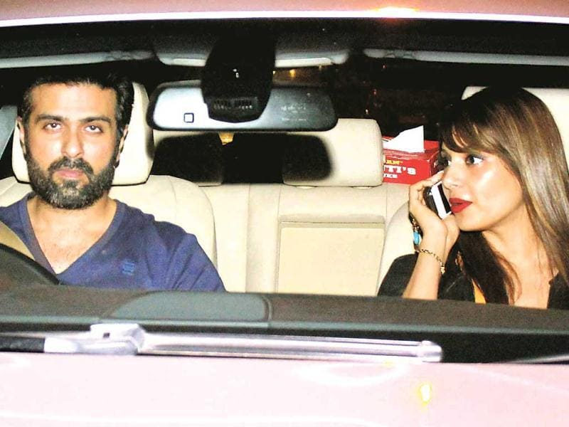 Lovebirds Harman Baweja and Bipasha Basu were seen leaving in a car post an outing at a Bandra eatery. (HT PHOTO)
