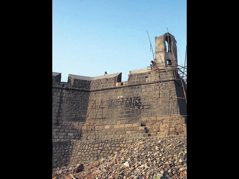 WORLI FORT: Unlike the other forts of the city, this coastal structure was built by the British, and it overlooks the Mahim Bay. Owing to its rather inaccessible location — it is situated in the heart of the Worli Fishing Village where the whiff of fresh and dried fish is quite intoxicating — the fort receives very few footfalls. The structure's colossal gate is reminiscent of its glory days, although the authorities have not done much to restore the establishment.How to reach: The fort is a 15-minute taxi drive from Dadar station. (HT PHOTO)