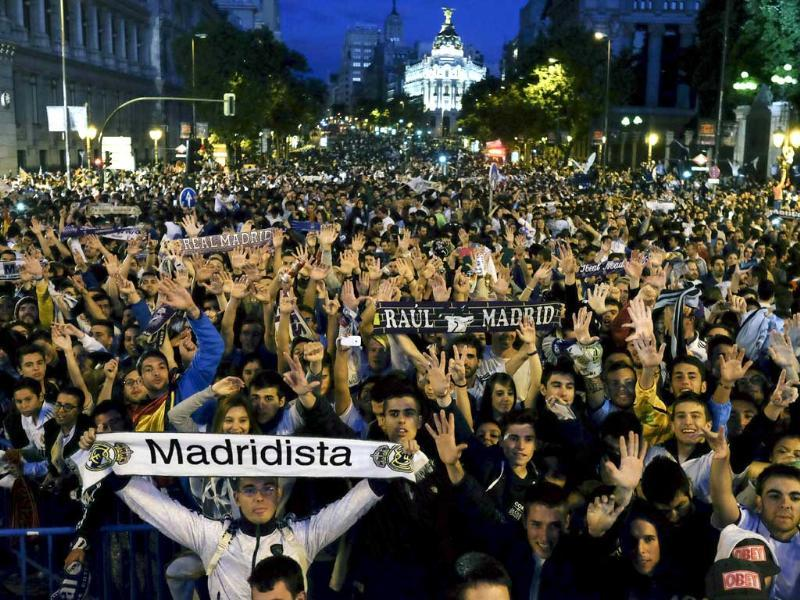 Real Madrid fans celebrate their team's UEFA Champions League final win at Cibeles Square in Madrid. (AFP Photo)