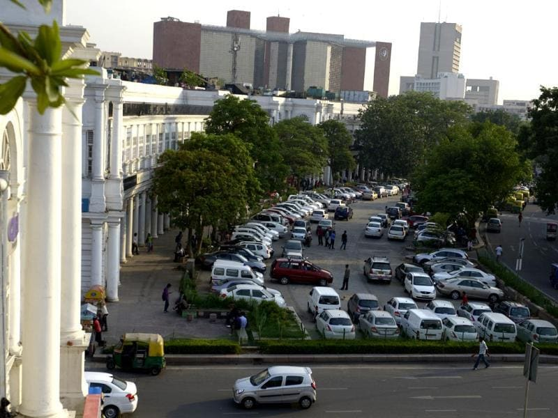 Vehicles parked in organized manner at Connaught Place inner circle in New Delhi. (Photo by Vipin Kumar/ Hindustan Times)