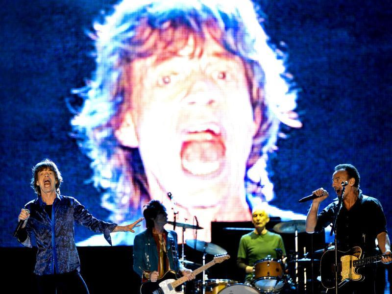 Lead singer of British band Rolling Stones, Mick Jagger (L), performs with US singer Bruce Springsteen (R) at the Rock in Rio Lisboa music festival at Bela Vista Park in Lisbon on May 29, 2014. Rock in Rio. (AFP Photo)