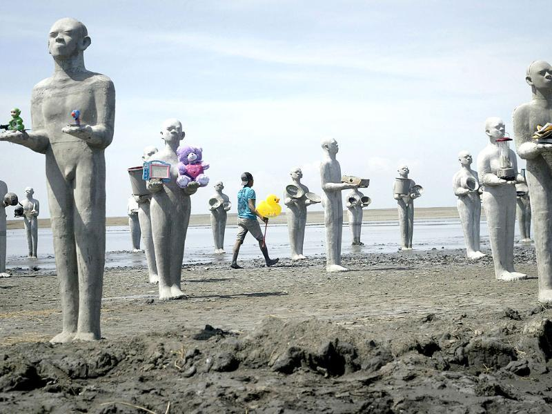 An art installation by Indonesian artist Dada Christanto shows sculptures symbolizing victims of the mud volcano disaster erected over the mud-covered Sidoarjo district located in Indonesia's eastern Java island, on the eighth anniversary of the mud volcano disaster. (AFP Photo)