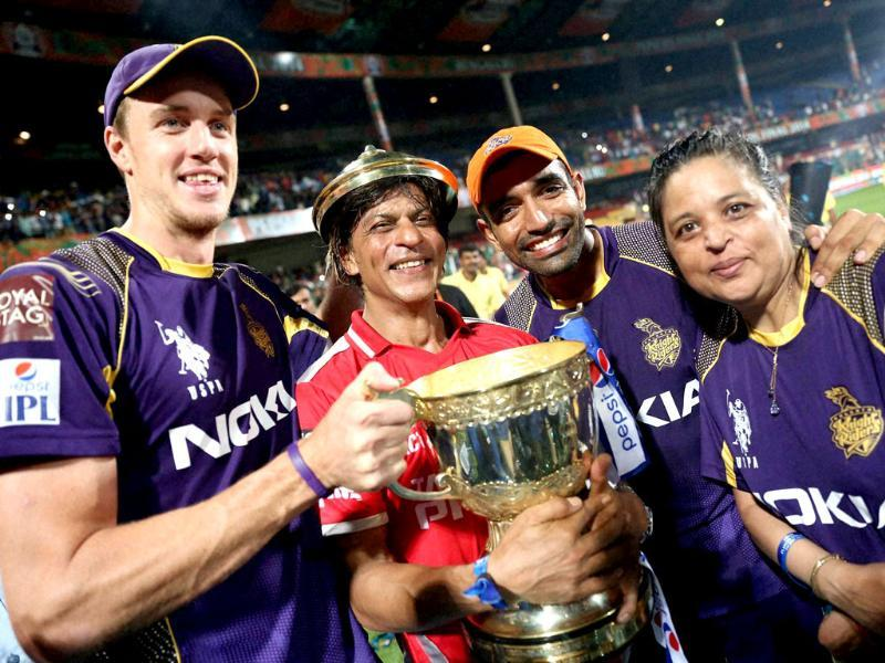Kolkata Knight Riders' co-owner Shahrukh Khan with players and the trophy after his team won the IPL 7 final match against Kings XI Punjab in Bengaluru. (PTI Photo)