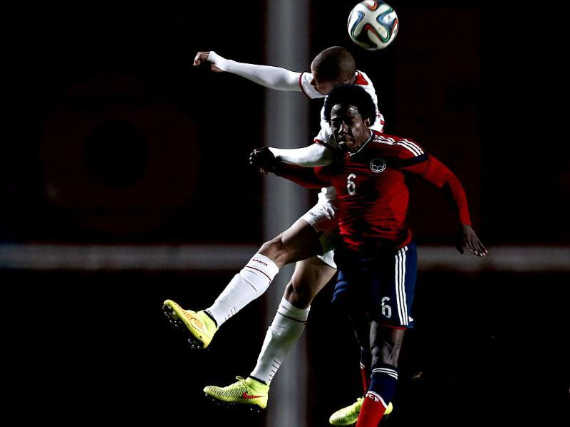 Colombia's Carlos Sanchez (6) and Jordan's Mahmoud Za'tara jump for a header during their international friendly match ahead of the 2014 World Cup in Buenos Aires. (Reuters Photo)