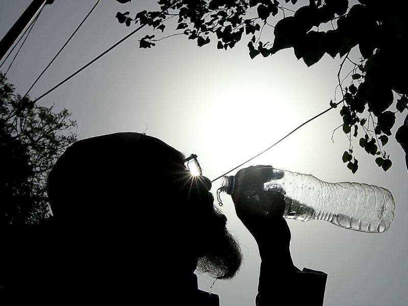 A man drinks water as the temperature hit over 45 degrees Celsius in New Delhi. (Raj K Raj/HT Photo)
