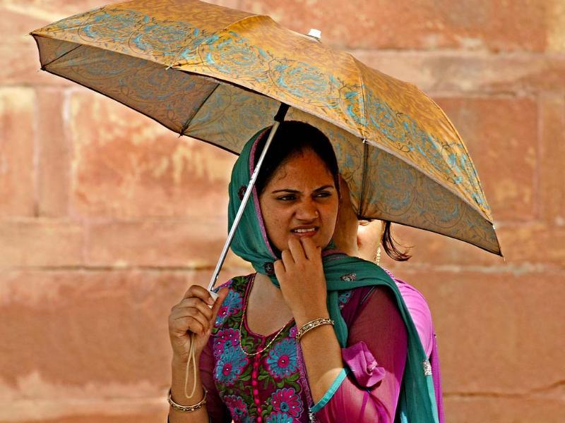 People take precaution against hot weather at Red Fort in New Delhi. (HT photo/Sonu Mehta)
