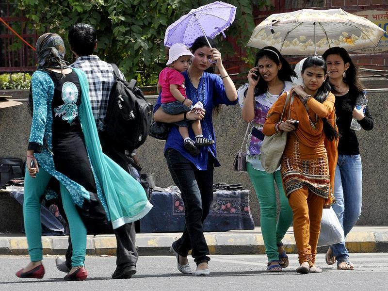 People take precaution against hot weather at Connaught Place in New Delhi. (HT photo/Sonu Mehta)
