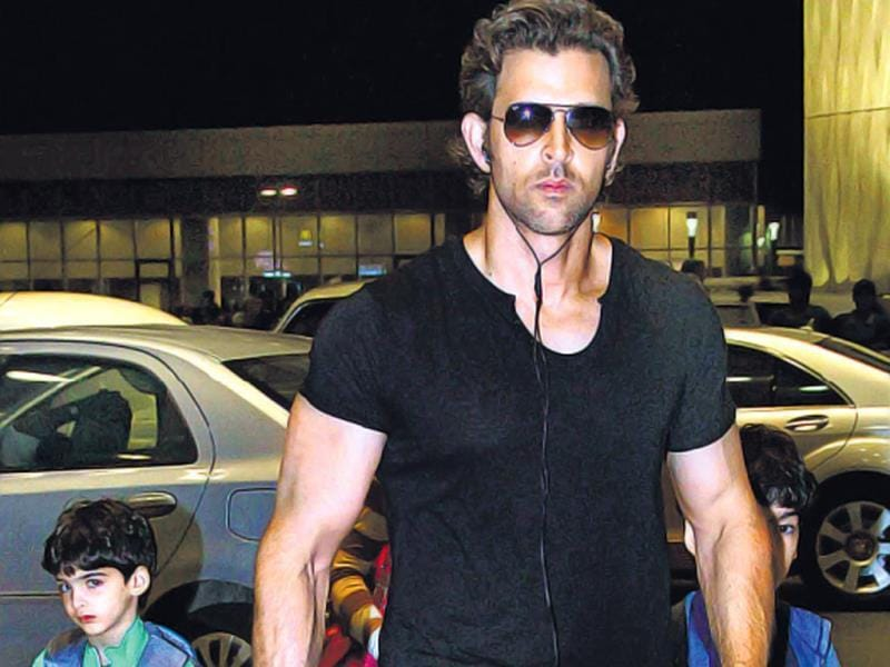 Hrithik Roshan and his kids, Hridhaan and Hrehaan, were seen at the Mumbai airport. HT Photo/ Yogen Shah