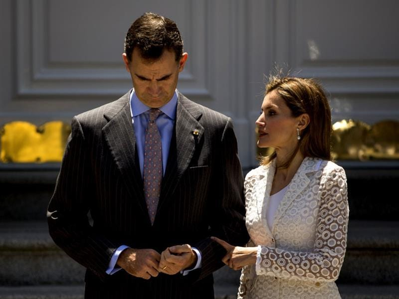 Spanish Crown Prince Felipe (L) and Spanish Princess Letizia (R) wait for Mexico's President Enrique Pena Nieto, at the Zarzuela Palace, near Madrid. (AP Photo)