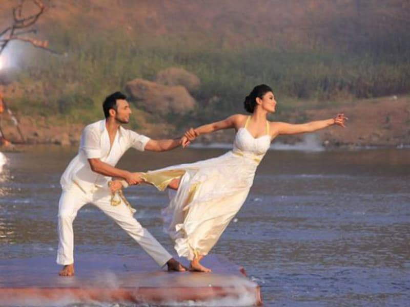 Mouni along with choreographer Punit gave a real/outdoor location performance which was actually 'never seen before'. They scored 24. (Photo courtesy: Colors)
