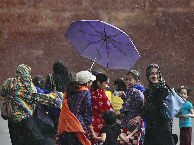 After a long spell of heat wave, New Delhi experienced slight showers bring the much needed relief on Thursday. (Photo by Raj K Raj/ Hindustan Times)