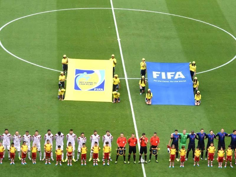 Spain and Netherlands players line up for their national anthems before their Group B match at the Arena Fonte Nova in Salvador, Brazil. (AFP Photo)