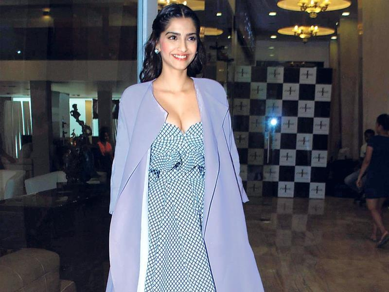In an uncharacteristic appearance, Sonam Kapoor pleasantly surprised us by flaunting major cleavage while hanging out at a Lower Parel mall. (Photo: Viral Bhayani)