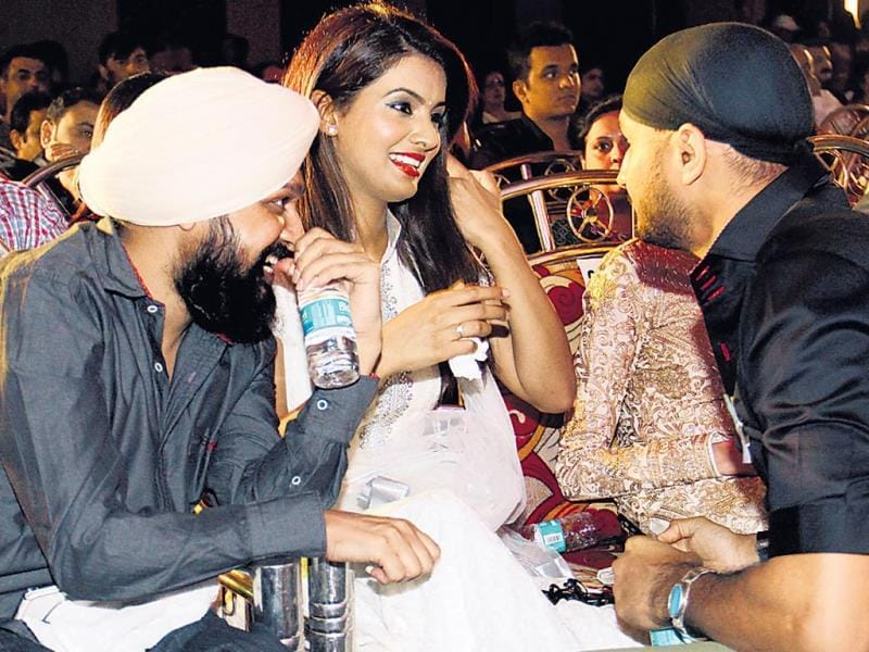 A friend looks on as Geeta Basra speaks to Harbhajan Singh at a charity even hosted by Yuvraj Singh. (HT Photo/ Yogen Shah)