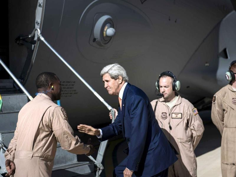 US secretary of state John Kerry greets the crew as he boards for Iraq at Jordan's Queen Alia International Airport. (AFP Photo)